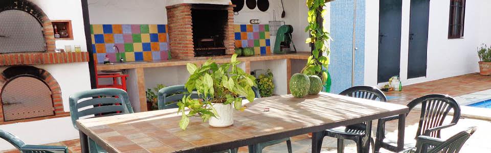 Olivo Grande, eettafel buiten bij de ovens en open haard