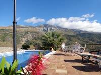 Finca-Marta-home-groot-terras-bij-het-zwembad