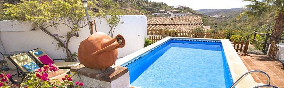 Zwembad bij de Andalusische Cortijo