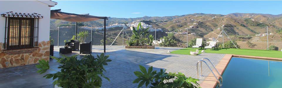 zijkant vakantiehuis met loungeterras en zwembad - Casa Salvalex