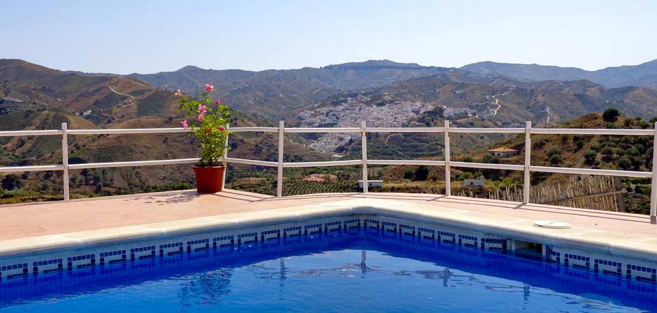 zee en dorpje vlakbij Zuid Spanje