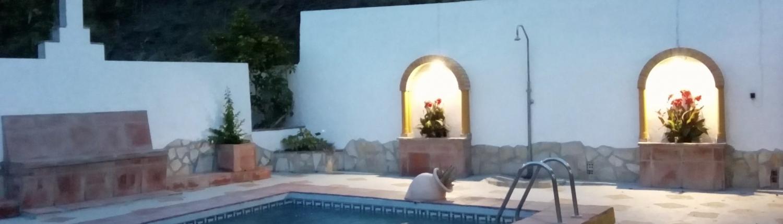 sfeervolle buitenruimte bij het zwembad